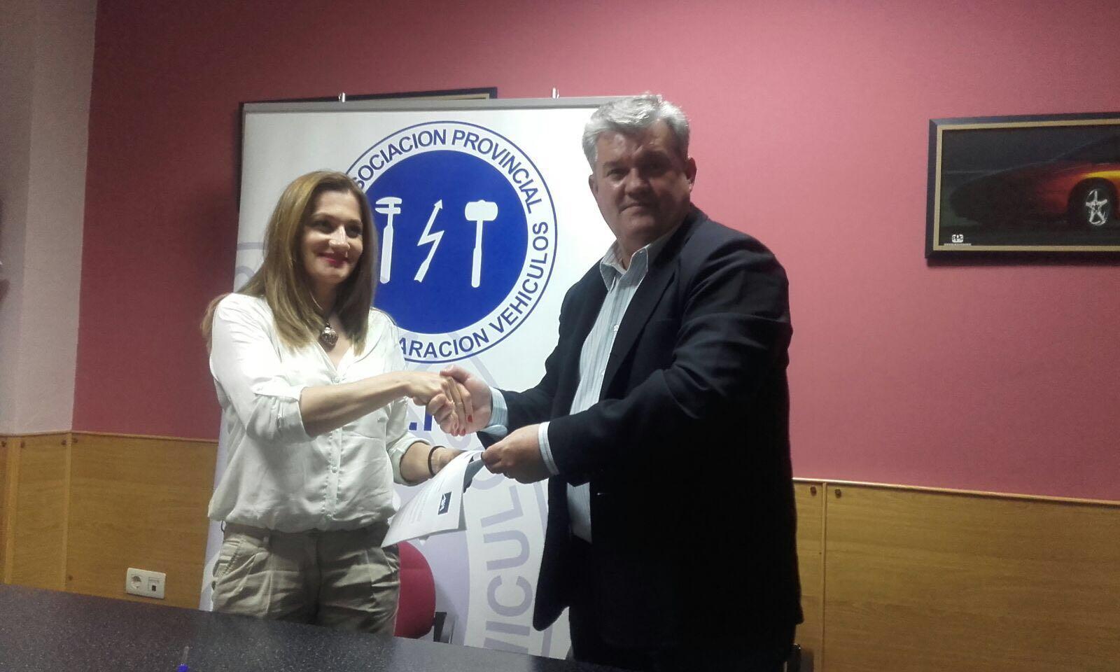El presidente de APETREVA, Antonio Antienzar y la agente especialista de AXA Seguros, Lydia Morcillo Flores